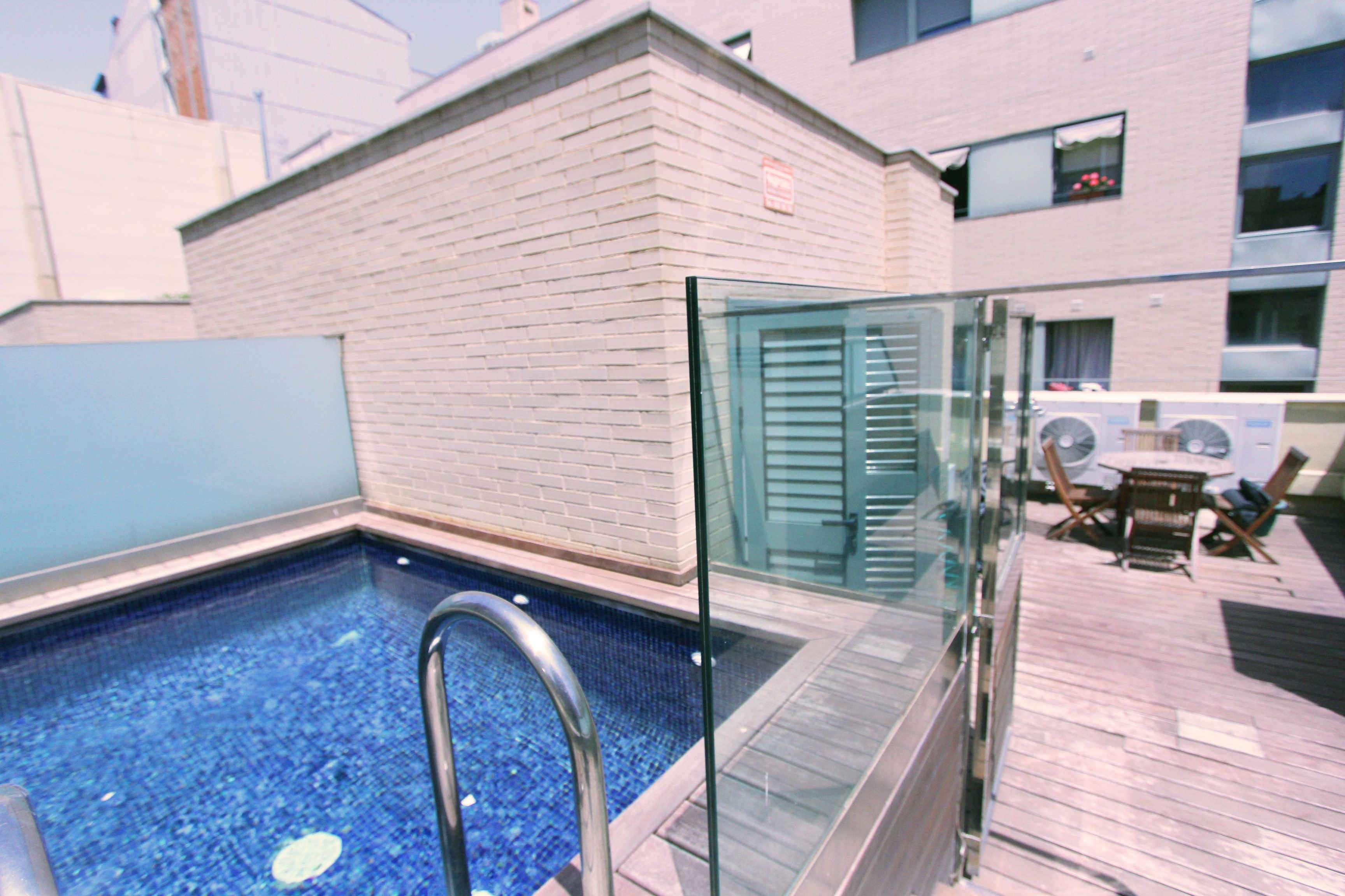 Moderna casa adosada con piscina en el Clot